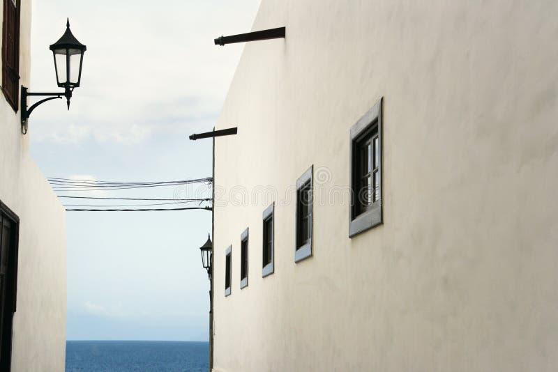 Architecturale glimp met de oceaan in Garachico, Tenerife stock afbeelding