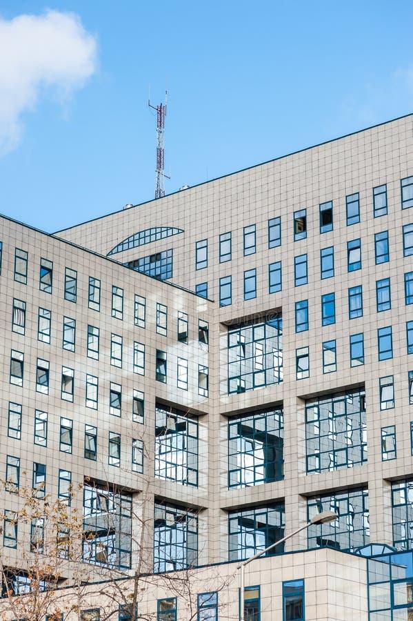 Architecturale lijnen en details van de moderne bedrijfsbouw met glasvensters en het marmeren buiten verticale beeld van voorgeve royalty-vrije stock foto's