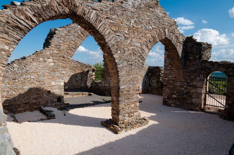 Architecturale riuns bij Kerkhof dichtbij Lastours stock afbeeldingen