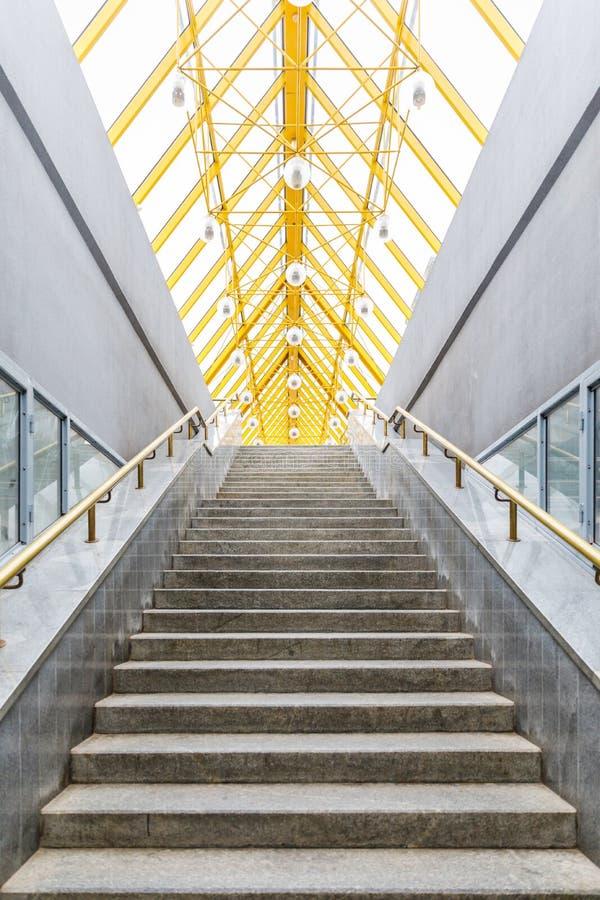 Architecturale samenvatting en perspectiefmening, metaalstructuren met glasdak en treden royalty-vrije stock foto's