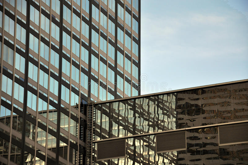 Architecturale samenvatting van stedelijke wolkenkrabbers stock foto's