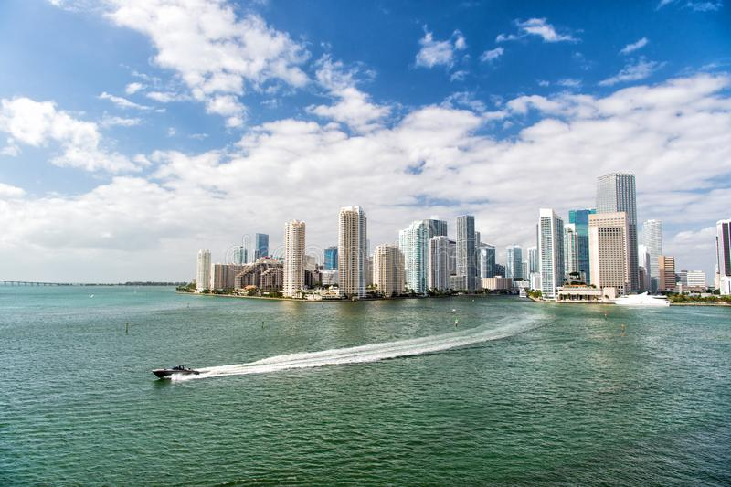 Architecturally mäktiga höga löneförhöjningtorn Skyskrapor och azurt havvatten Måste se dragningar Miami strand royaltyfri bild
