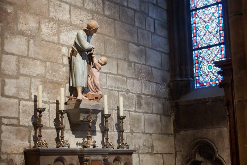 Architecture à l'intérieur du Notre Dame Cathedral Le chiffre de Jésus images stock