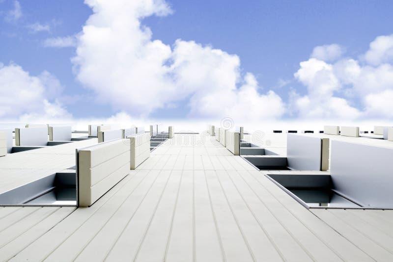 Architecture abstraite avec la façade blanche contre le ciel nuageux bleu De dessous, point de disparaition et espace vide de cop photographie stock libre de droits