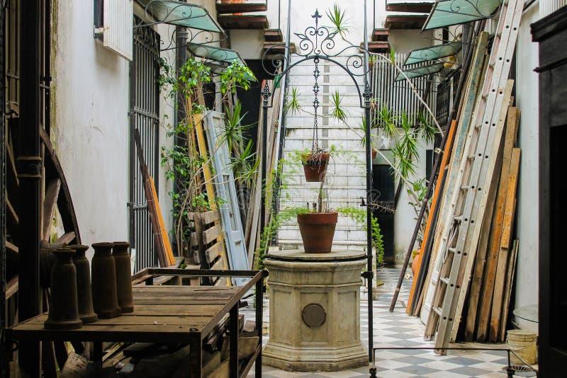 Architecture Arhitectural de patio de puits de cru à l'intérieur photo stock
