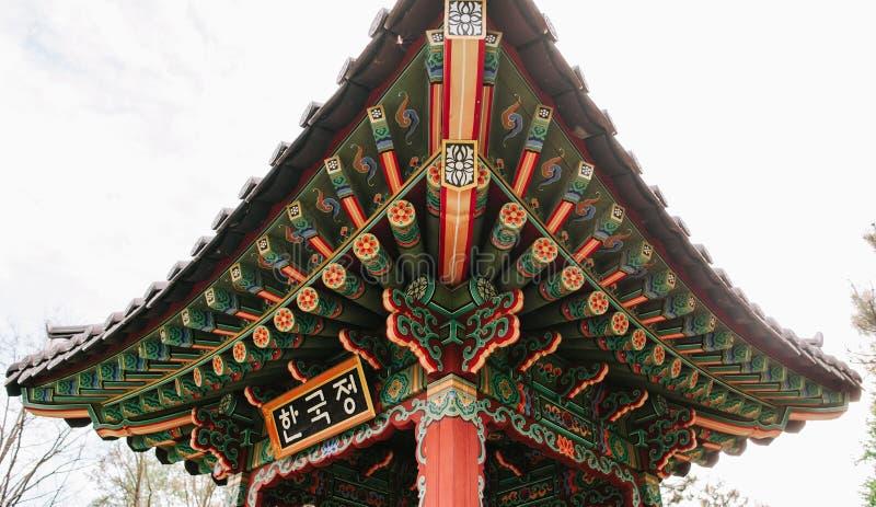 architecture chinoise de construction de cru de couleur lumineuse de toit photos libres de droits