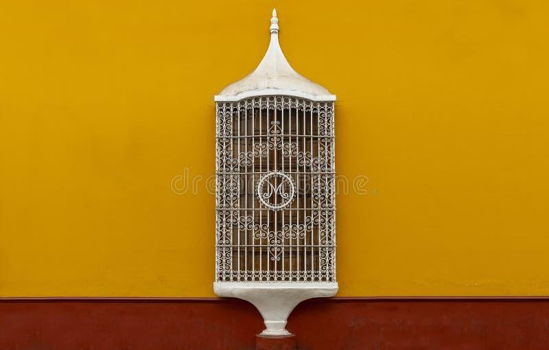 Architecture coloniale de fenêtre de style, Trujillo, Pérou image stock