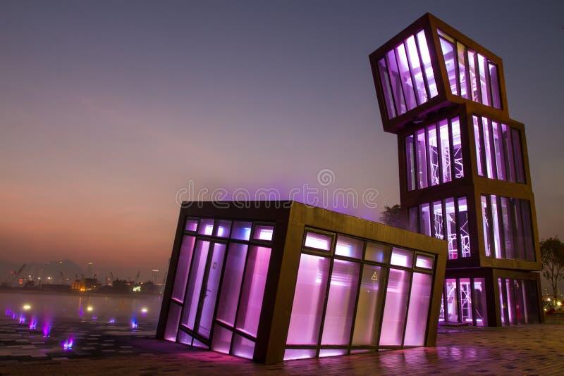 Architecture colorée d'éclairage la nuit photographie stock libre de droits