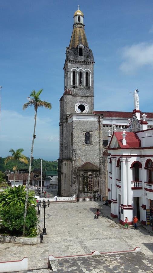 Architecture d'église médiévale que la route s'est rapportée au président de gauche de partie concernant le combat de libération  image libre de droits