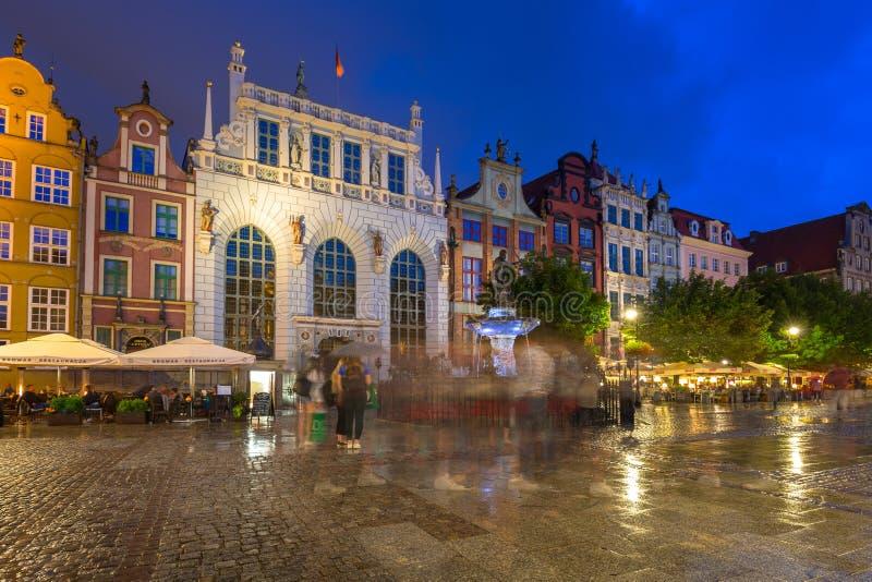 Architecture d'Artus Court à Danzig la nuit, Pologne photographie stock libre de droits