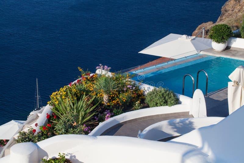 Architecture d'?le de Santorini Mer, b?timents et fleurs image stock