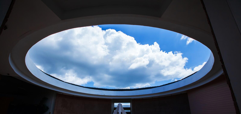Architecture de cercle, int?rieurs modernes contemporains de mus?e de Phu Phan, Sakhon Nakhon, Tha?lande, vue du fond jusqu'au ci photos stock