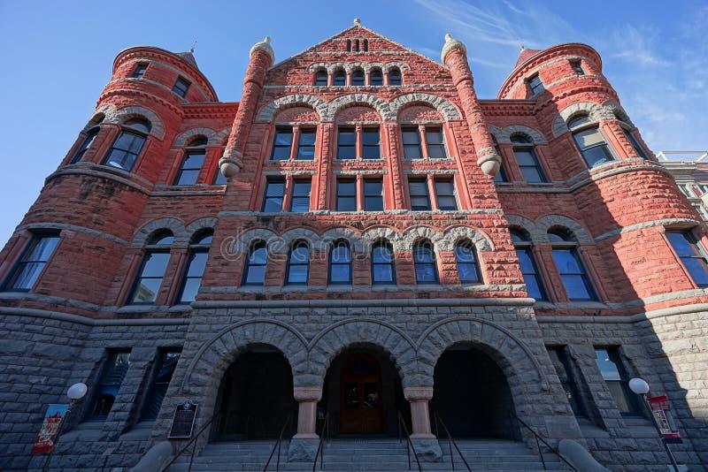 Architecture de la vieille façade rouge de musée en Dallas Texas images libres de droits