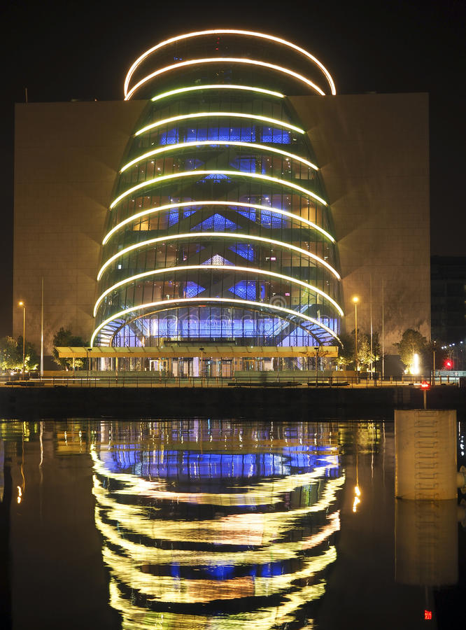 Architecture de nuit de Convention Center avec la réflexion Dublin Irel photos libres de droits