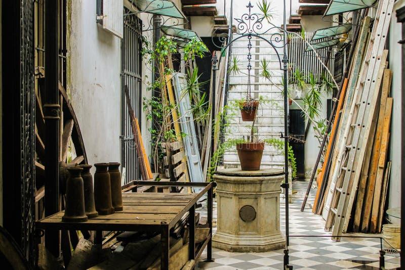Architecture de patio de puits de cru à l'intérieur de l'Italie photos libres de droits