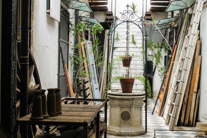Architecture de patio de puits de cru à l'intérieur de l'Italie photo stock
