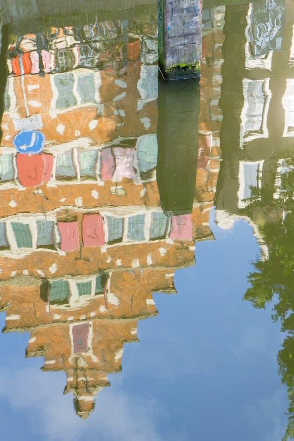 Architecture de Refected, façade de pignon d'Amsterdam sur le refl de maisons de rangée photographie stock