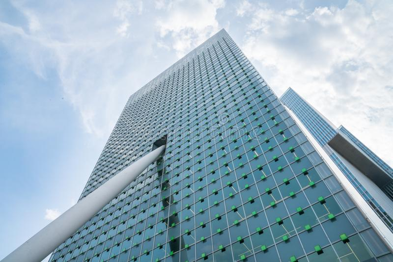 Architecture de rue ci-dessous, façade de bâtiment de télécom de KPN photo stock