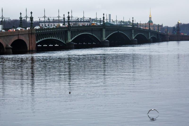 Architecture de St Petersbourg, Russie Le pont de trinité au-dessus de la rivière de Neva photos stock