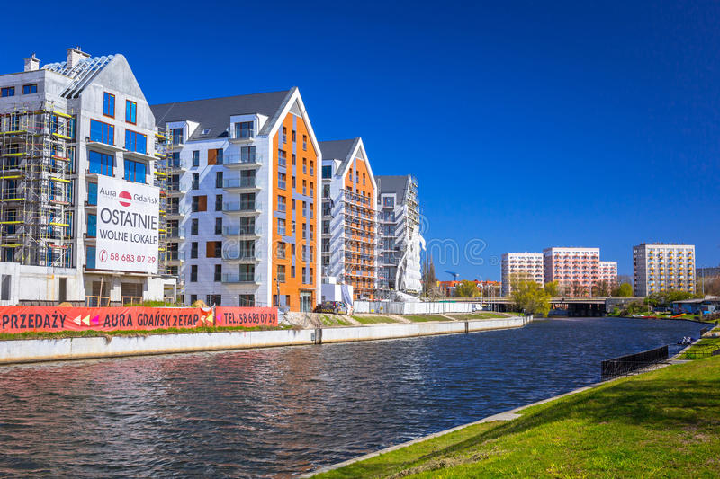 Architecture des appartements modernes à la rivière de Motlawa à Danzig photos libres de droits