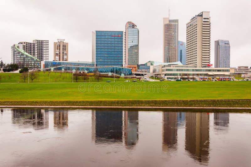 Architecture du centre de Vilnius, vue de paysage urbain de district des affaires, gratte-ciel modernes, hôtels et centres commer images stock
