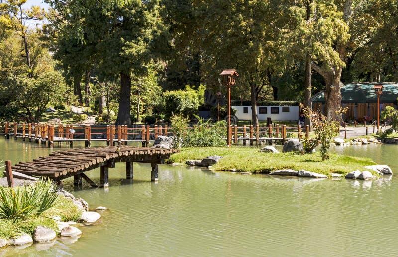 Architecture en bois dans le jardin japonais Horizontal de source photographie stock