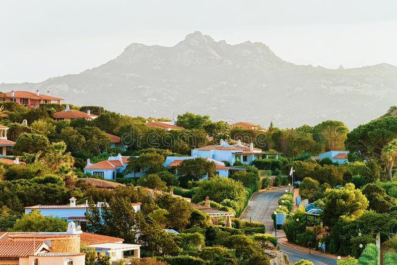 Architecture et nature de Baja Sardaigne chez la Sardaigne Costa Smeralda photo libre de droits