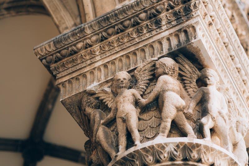 Architecture et statues de la vieille ville photographie stock libre de droits