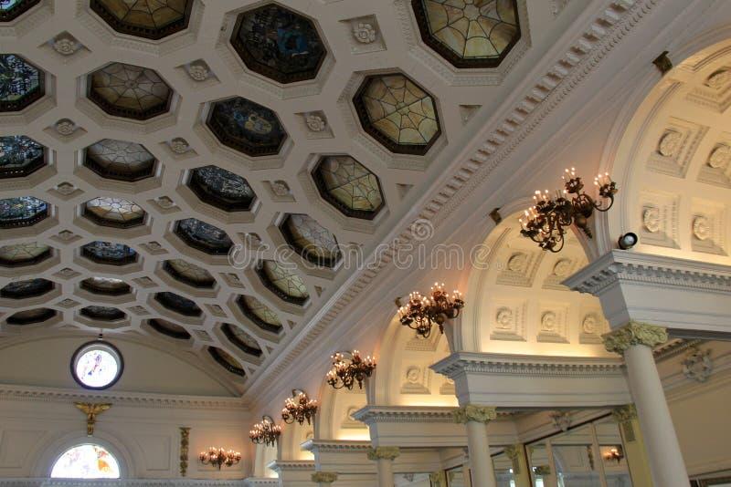 Architecture exquise de plafond faite avec le verre souillé orienté de zodiaque, salle de bal de casino de Canfield, Saratoga, NY image stock