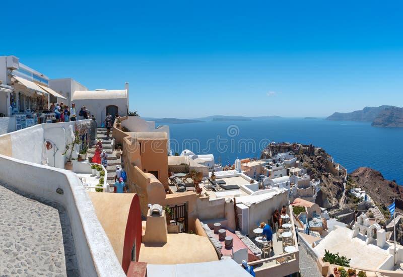 Architecture grecque traditionnelle d'île de Santorini avec la belle vue sur la caldeira volcanique photographie stock