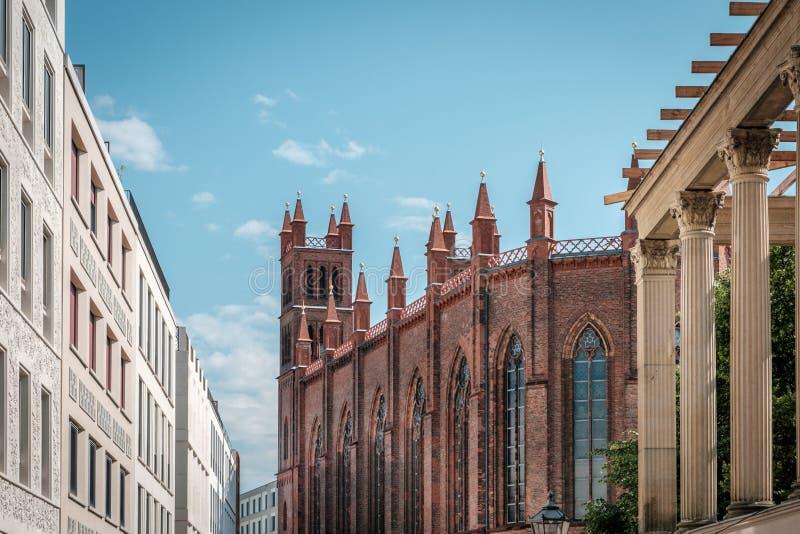 Architecture historique, église et bâtiments modernes, immobiliers à Berlin, Mitte photographie stock libre de droits