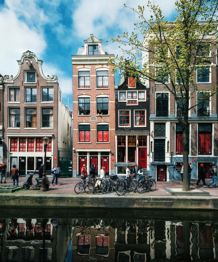 Architektur Amsterdam architecture and houses with large windows on the waterfront