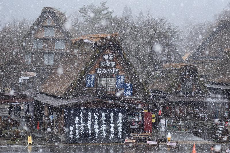 Architecture Japon de Chambre de Cherry Blossom Tree Shirakawago Mountain de ressort de neige photographie stock