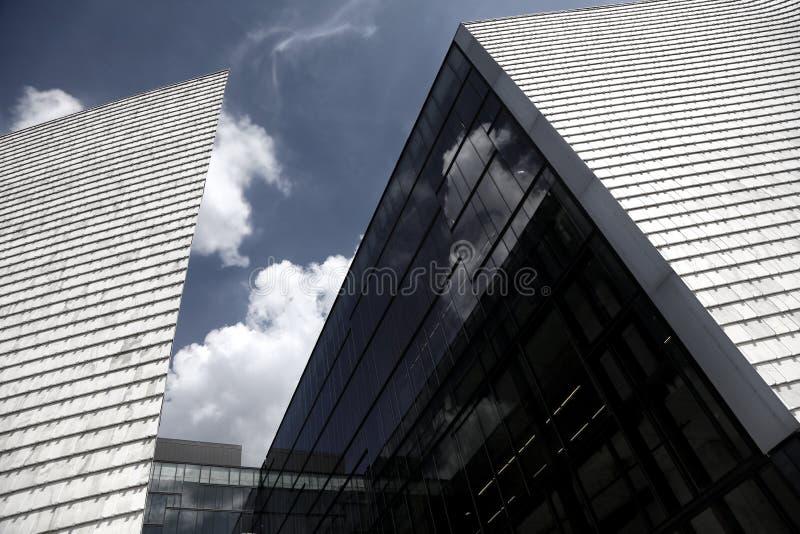 Architecture moderne de bâtiment contre le ciel photographie stock