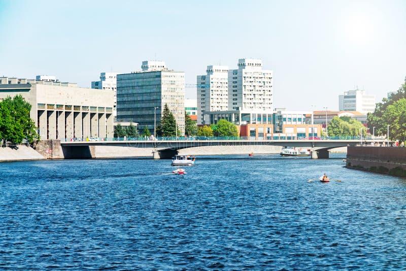 Architecture moderne de Wroclaw, Pologne, l'Europe moderne, bateaux de flottement le long de la rivière, berges au centre de la v images libres de droits