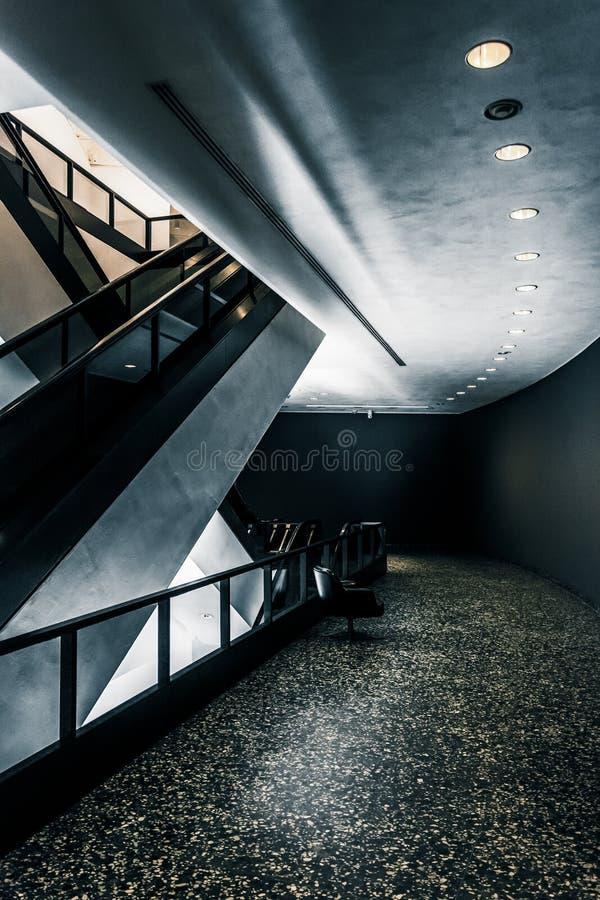 Architecture moderne et escalators dans le musée de Hirshhorn, lavage photos libres de droits