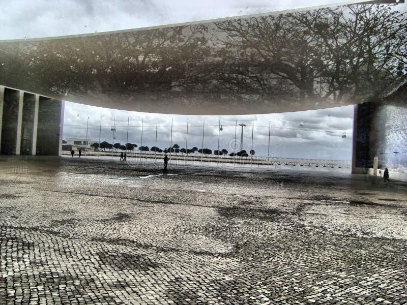 Architecture peu commune, réflexion, arbres image libre de droits