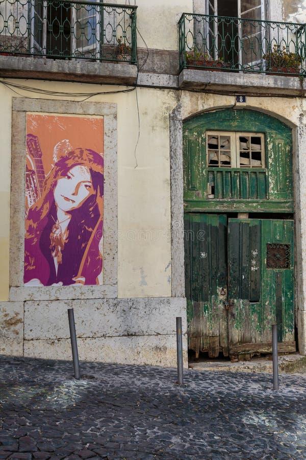 Architecture portugaise antique : Vieille peinture verte de porte et de fille dans une rue Portugal image libre de droits