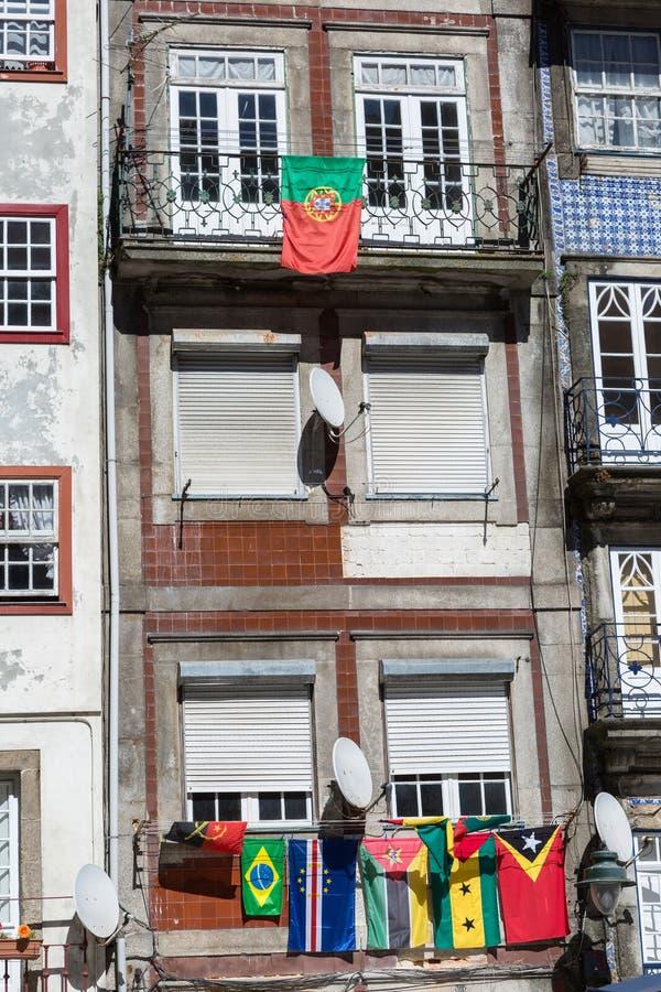 Architecture portugaise colorée typique de Porto, Portugal : Façade d'Azulejos de tuile avec des drapeaux, Windows antique et le  photographie stock libre de droits