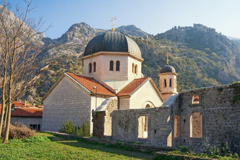Architecture religieuse Monténégro, vieille ville de Kotor Église orthodoxe de Saint-Nicolas, vue de mur de ville photographie stock