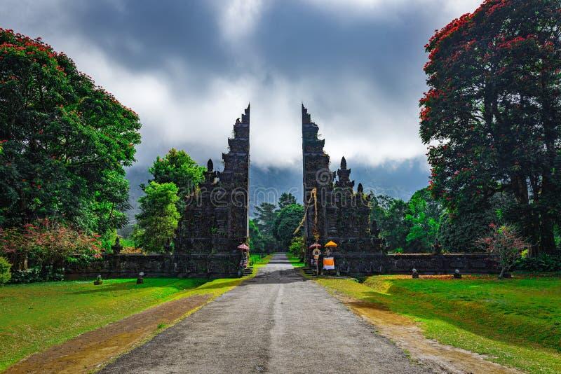 Architecture traditionnelle balinaise, vue sur les portes des temples dans le nord de Bali, Indonésie images libres de droits