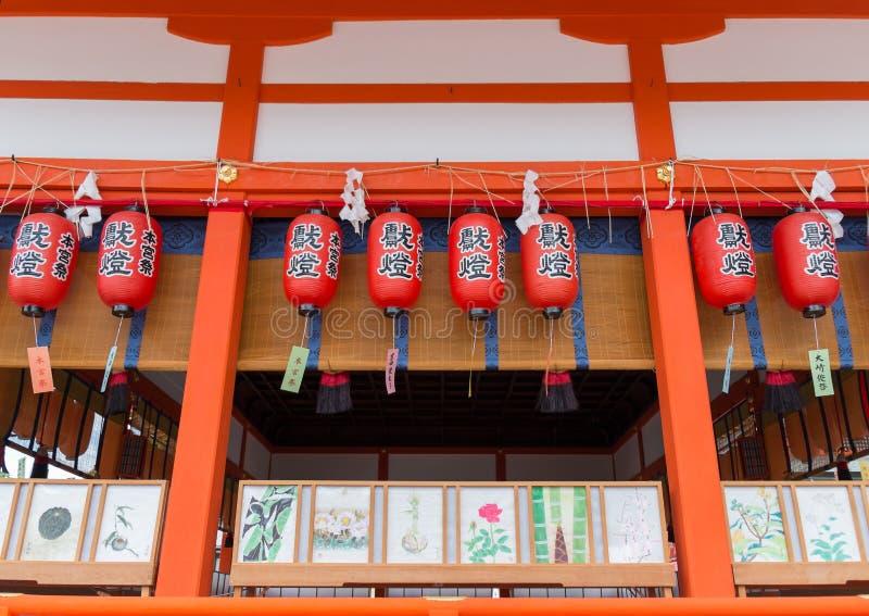 Architecture traditionnelle de shinto et lanternes rouges chez Fushimi image libre de droits