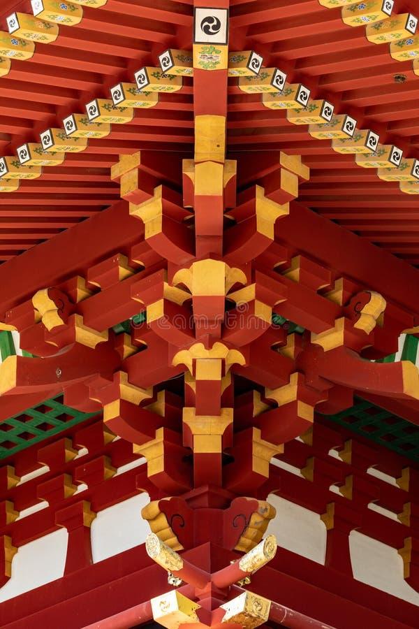 Architecture traditionnelle japonaise La construction élégante du temple japonais des poutres de rouge et d'or images libres de droits