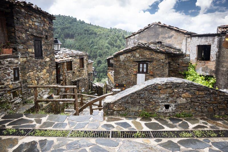 Architecture typique au village de schiste de Talasnal photographie stock