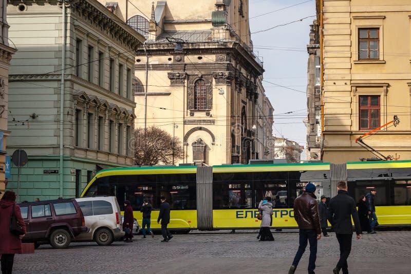 Architecture unique de Lviv avec le tram moderne photographie stock libre de droits
