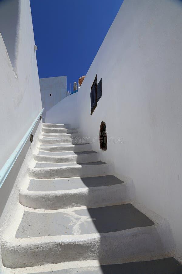 Architecturel oud huis met trappen aan hemel in Santorini-kerken in Santorini met een wiew over de stad stock foto's