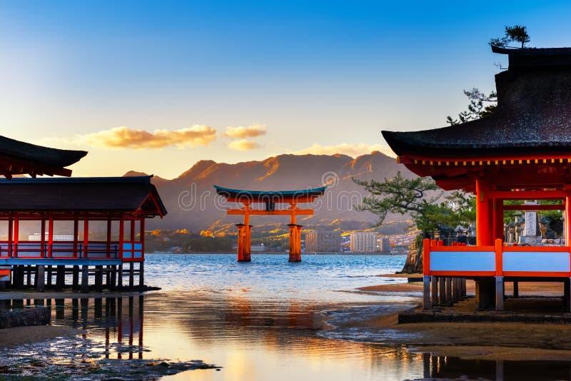 architectuur bij Itsukushima-Heiligdom Miyajima, beroemde Drijvende Torii-poort, Hiroshima, Japan, reisachtergrond stock afbeeldingen