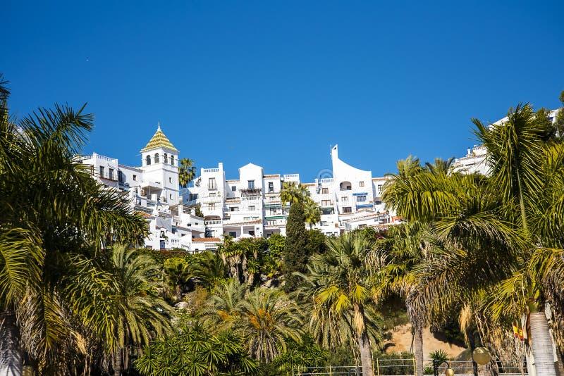 Architectuur in de mooie toevlucht van Nerja in AndaluciaTown-Zaal stock fotografie