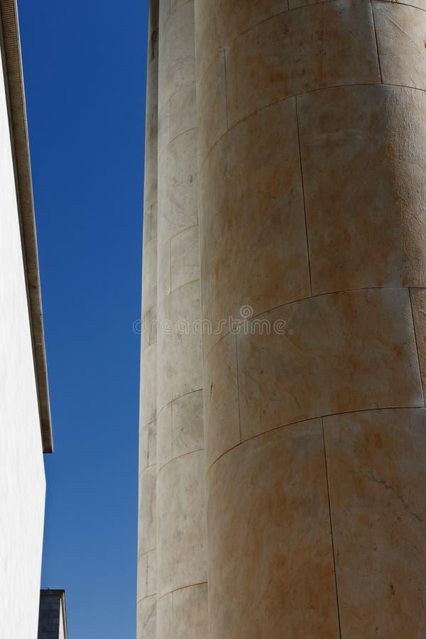 Architectuur, een flard tussen kolommen en een muur royalty-vrije stock fotografie