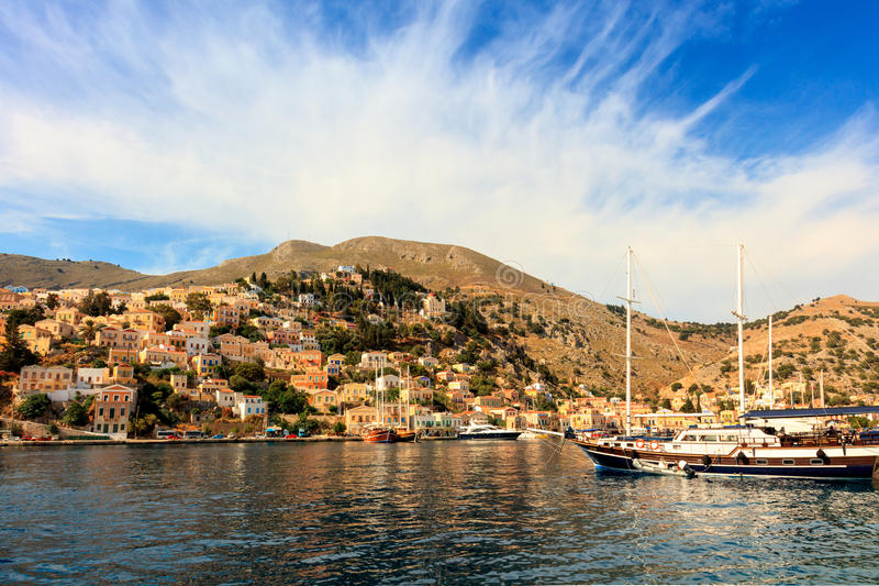 Architectuur en boten op het Griekse Eiland Symi stock afbeelding